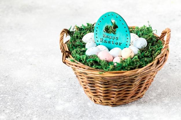 Ostern-konzept hase in einem korb mit ostern gefärbten eiern.