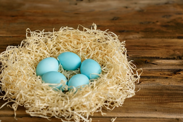 Ostern-kuchen und bunte eier auf einem holztisch.