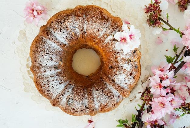 Ostern kuchen und kirsche frühlingsblumen