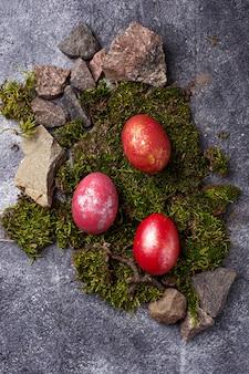 Ostern malte rote eier auf moos