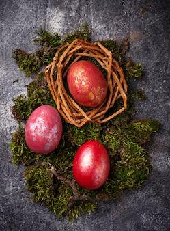 Ostern malte rote eier auf nest