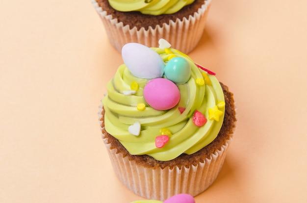 Ostern pistazien cupcake mit dekorationen