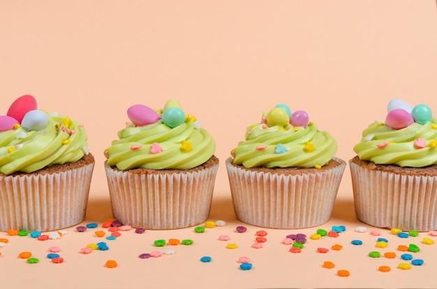 Ostern pistazien cupcakes mit dekorationen