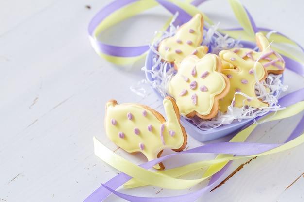 Ostern-plätzchen in geformter schüssel des herzens