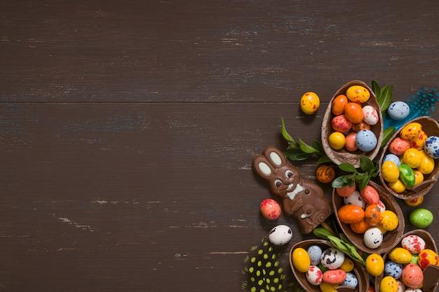Ostern schokoladeneier und hase auf holztisch