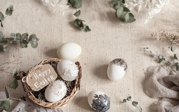 Ostern stillleben mit eiern in einem weidenkorb. frohe ostern konzept.