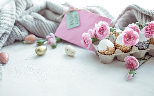 Ostern stillleben mit ostereiern, frischen blumen und dekorativen elementen hautnah