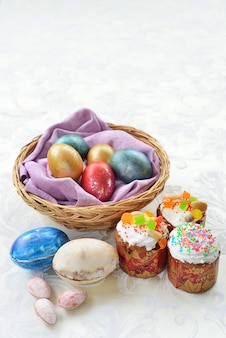 Ostern stillleben. osterkuchen. ostern farbige eier. schokoladeneier.