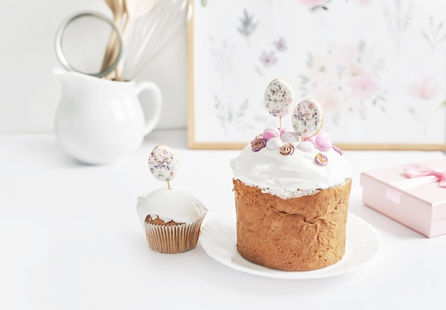 Ostern süßer hausgemachter cupcake und wachteleier. grußkarte. festliches essen. tisch mit leckereien. hausgemachte kuchen und desserts.