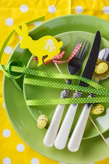 Ostern tabelleneinstellung. weihnachtsschmuck. fröhliche ostern