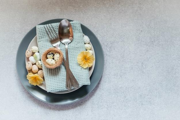 Ostern tischdekoration ideen, minimale dekoration - ostereier, weidenkätzchen zweige, vogelnest