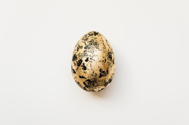 Ostern verzierte ei mit dem goldenen potal, das auf weißem hintergrund lokalisiert wurde