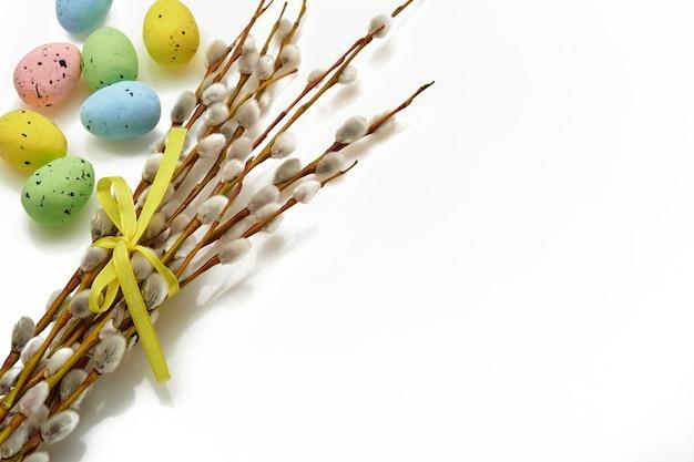 Ostern. weidenkätzchenzweige gelbes band und isoliert verschlungen