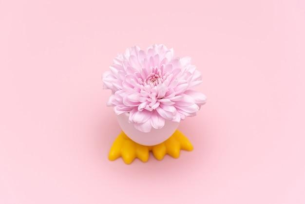 Osteroberfläche mit osterei und frühlingsblume