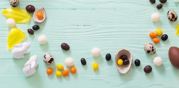 Osteroberfläche mit schokoladeneiern und süßigkeiten