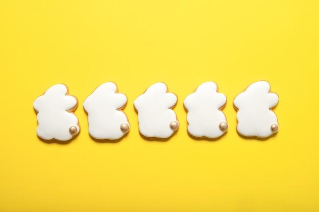Osterplätzchen auf gelbem grund. osterhasen. draufsicht. platz für text.