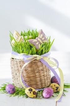 Osterplätzchen und eier mit gras