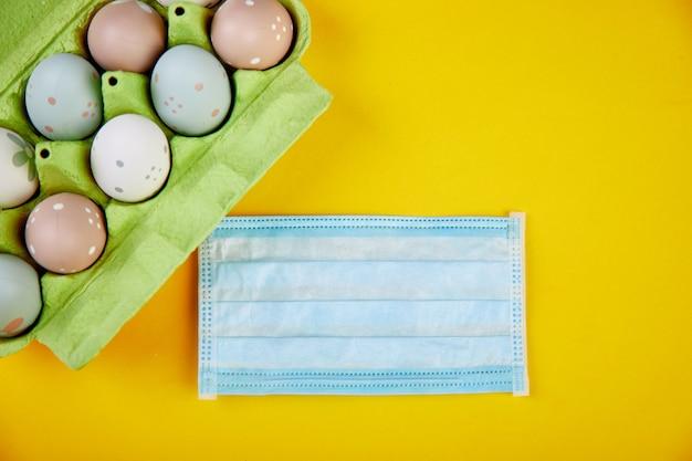 Ostersymbol eier in der nähe von medizinischen schutzmasken aufgrund der coronavirus-epidemie