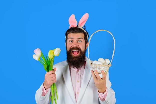 Ostertag glücklicher bärtiger mann im anzug halten korb mit ei frohe ostern bärtiger mann eier jagen kaninchen
