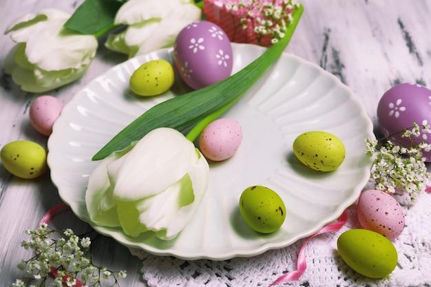 Ostertischdekoration mit tulpen und eiern