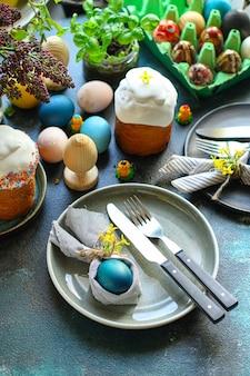 Ostertorte und ostereier festliche tischdekoration traditionelle dekoration und leckereien