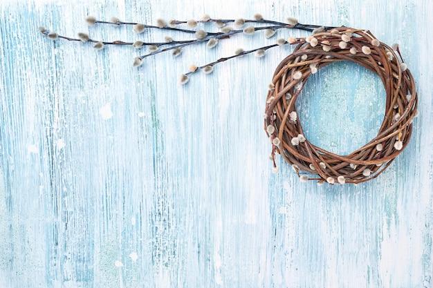 Osterweidenkranz auf blauem hintergrund.