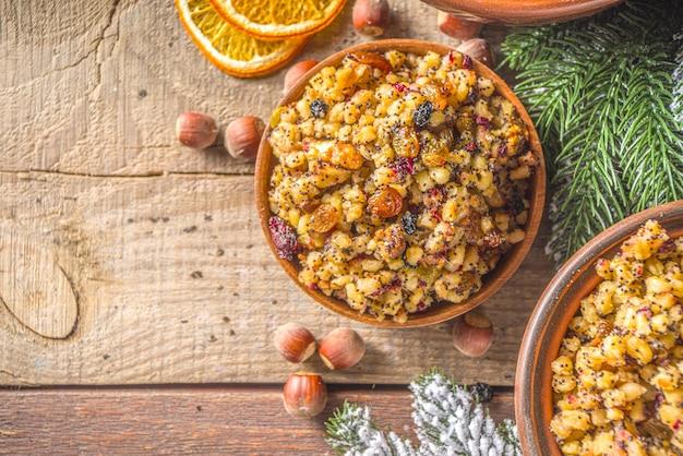 Osteuropäisches, russisches, ukrainisches, slawisches traditionelles weihnachtsessen, süßes kutya, mit getrockneten früchten, mohn und nüssen