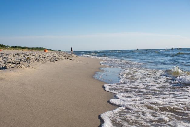 Ostsee mit goldgelbem strand und gräsern