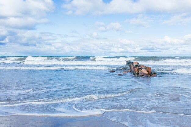 Ostseestrandlandschaft mit blauem meer und schönen weißen wolken am sonnigen herbsttag.