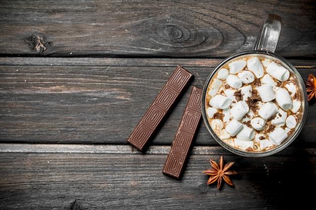 Ot schokolade in einer tasse mit marshmallows.