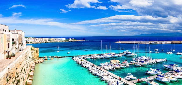 Otranto - küstenstadt in apulien mit türkisfarbenem meer. italienische sommerferien