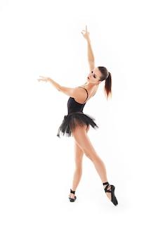 Oung schöner baliet tänzer, der auf einem studio im weißen hintergrund aufwirft