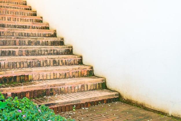 Ourdoor gemauerte treppenstufe mit weißer wand