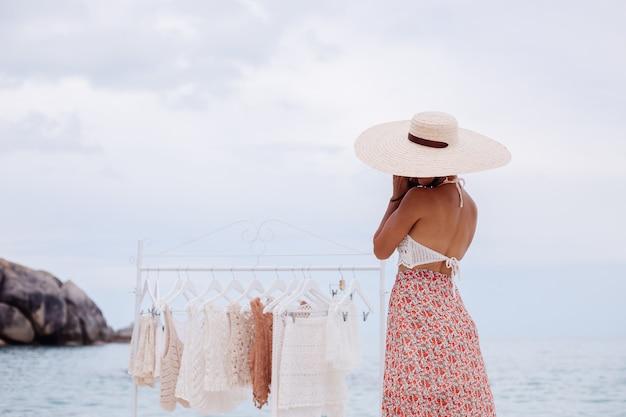 Outdoor beach shop für gestrickte kleidung frau wahl, was von boden kleiderbügel sommer strickkleidung konzept zu kaufen