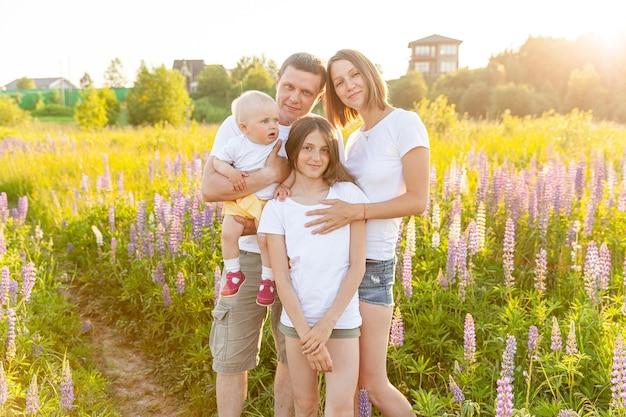 Outdoor-frau mann baby kind und teenager-mädchen im freien. glückliche familie mama papa und kinder