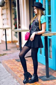 Outdoor-lifestyle-mode-porträt der hübschen blonden frau zu fuß und genießen sonnigen sommertag, stilvolles outfit, minirock, vintage-hut, bikerjacke, helle details und accessoires, europa stadtzentrum