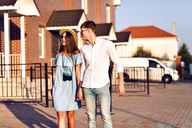 Outdoor-lifestyle-porträt des hübschen jungen paares am romantischen datum, das spaß zusammen, umarmungen und küsse hat, auf der straße posierend, zusammen reisen, familienporträt.