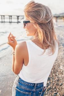 Outdoor-mode foto stilvolle frau am strand.
