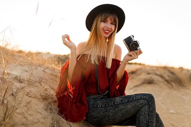 Outdoor-modeporträt der blonden frau im boho-outfit