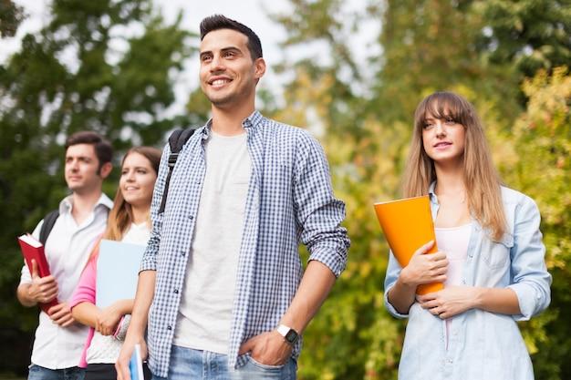 Outdoor-porträt einer gruppe von studenten.