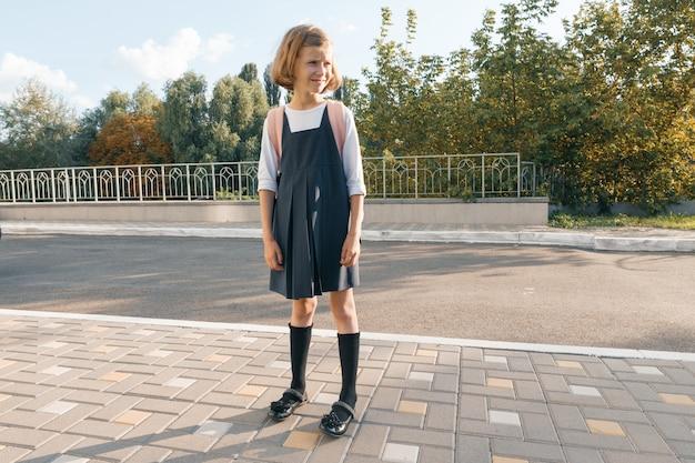 Outdoor-porträt eines kleinen studenten