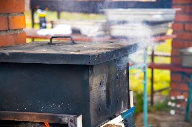 Outdoor-räucher für fisch und fleisch der prozess des räucherns von fisch oder fleisch outdoor-räucher für fisch und