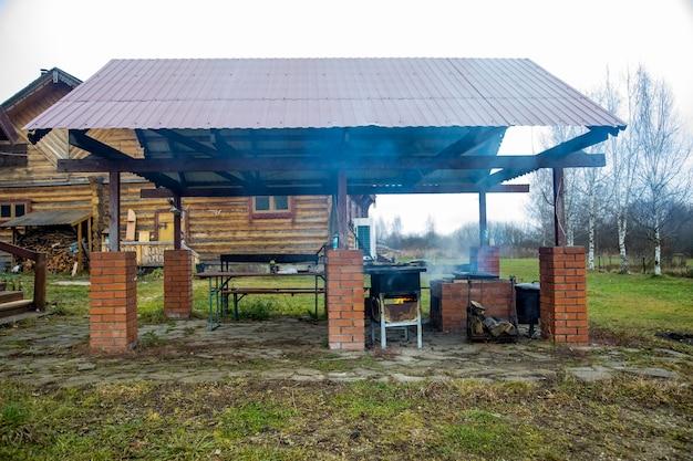 Outdoor-räucherofen für fisch und fleisch. überdachter grillplatz