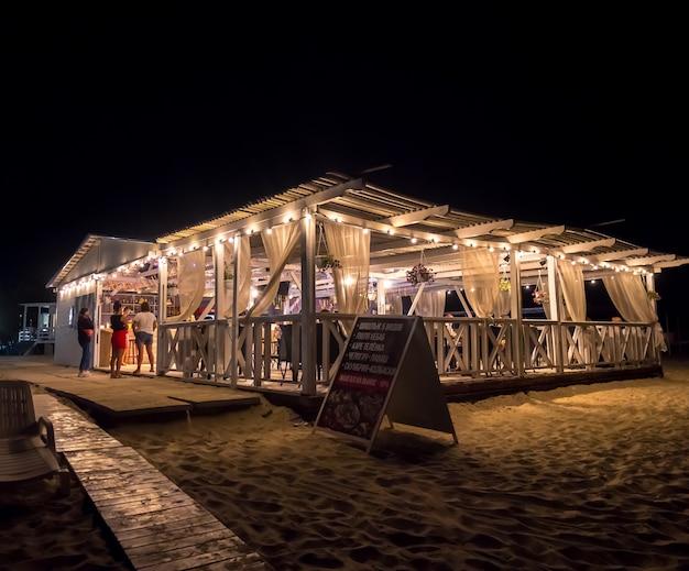Outdoor-restaurant am strand bei nacht