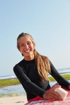 Outdoor-sport, wasser aktivitäten konzept. fit schönes mädchen genießt sommerferien, verwendet zink gesichtsschutz