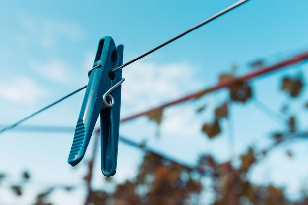 Outdoor-wäscheleine mit hängenden wäscheklammern. konzept der einsparungen bei hausarbeit, hausarbeit, wäsche und energiekosten.