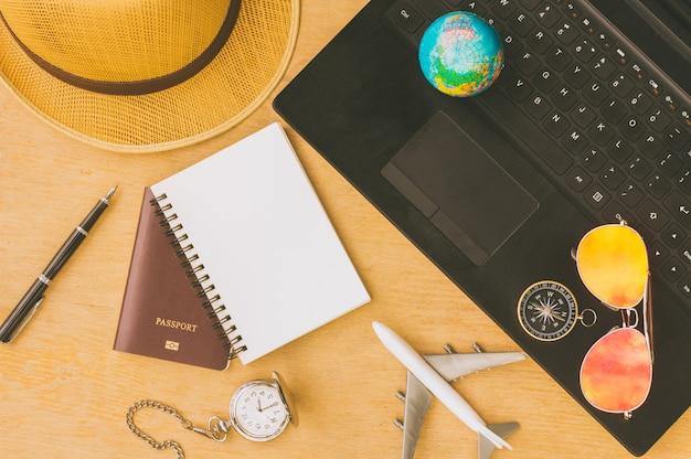 Outfit des reisenden. urlaubsreise planen. reise- und tourismuskonzept.