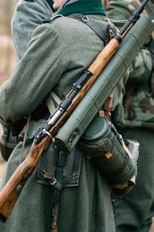 Outfit eines deutschen soldaten mit einem gewehr