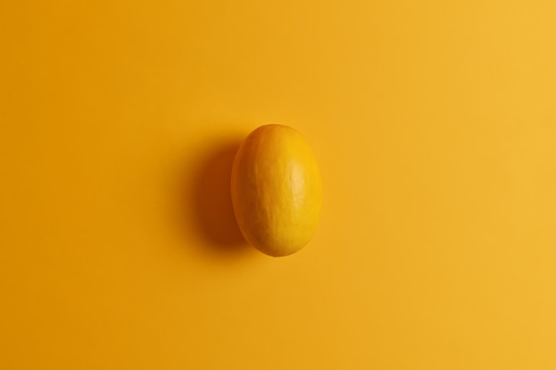 Ovale essbare gelbe mango. köstliche exotische frucht. süß weich weich angenehm zu essen produkt, versorgt ihren körper mit nährstoffen, enthält natürlichen zucker. vielzahl von essentiellen vitaminen und mineralstoffen. draufsicht