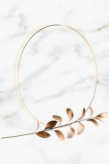 Ovaler goldener rahmen auf marmorhintergrund